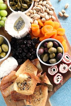 An easy holiday cheese board is a must for any festive occasion. This Christmas appetizer idea has several different kinds of cheese to try along with a variety of fruit and crackers. Charcuterie Recipes, Charcuterie And Cheese Board, Cheese Boards, Cheese Platters, Food Platters, Cheese And Cracker Platter, Clean Eating Snacks, Healthy Snacks, Healthy Appetizers