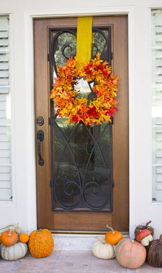 the easiest 15 minute fall leaf wreath Easy Fall Wreaths, Diy Fall Wreath, Wreath Ideas, Fall Door Decorations, Thanksgiving Decorations, Thanksgiving Quotes, Diy Gifts On A Budget, Poinsettia Wreath, Autumn Leaves