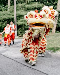 A team of lion dancers from Wan Chi Ming Hung Gar Institute Dragon and Lion Dance Team performed during cocktail hour and then led guests to the reception.