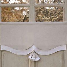 Cantonnière Sur-mesure Lin composée de deux épaisseurs de lin, Blanc et Gris. Une jolie découpe et un pompon bicolore, parfaite pour la Décoration de vos fenêtres de chambre.