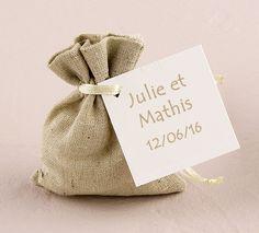 Petits Sacs en Lin Naturel Uni x6 - Ces petits pochons en lin beige clair, avec leur petite cordelette ivoire pourront contenir des dragées, des petits chocolats ou vos cadeaux. Vous pouvez utiliser ces petits sacs naturel en lin avec des étiquettes, ou des tampons pour les personnaliser pour un effet encore plus Vintage et naturel. http://www.mariage.fr/petits-sacs-en-lin-naturel-uni-x6.html