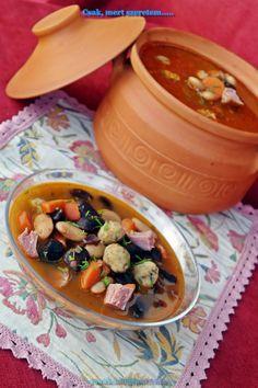 Csak, mert szeretem... kreatív gasztroblog: SONKÁS BABLEVES BURGONYAGOMBÓCCAL Hungarian Cuisine, Hungarian Recipes, Hungarian Food, Soups And Stews, The Best, Chili, Main Dishes, Goodies, Rolls