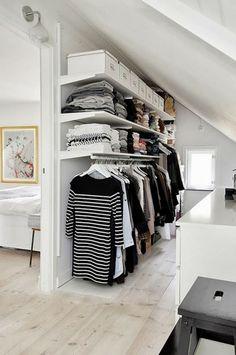 Ankleidezimmer mit fenster ideen  Kleine begehbaren Kleiderschränke mit rundem Fenster in U Form ...