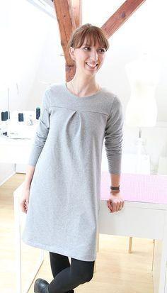 Einfaches A-Linien Kleid mit Kellerfalte nähen: Dieses graue Kleid aus dickem Sweat Stoff ist super gemütlich für den Winter und basiert auf dem Schnittmuster Miss London von rapantinchen.de - ein super einfaches A-Linien Kleid für Damen, das für jede Gelegenheit wandlungsfähig ist. Als kleiner Hingucker wurde vorne eine Kellerfalte hinzugefügt, aber auch noch ganze viele andere Abwandlungen sind denkbar. Ein zusätzlicher Beleg und Bubikragen können im Shop kostenlos heruntergeladen werden.