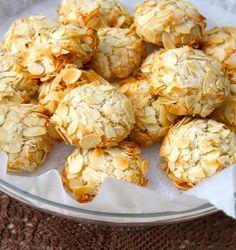 Greek cookies recipes with almonds Greek Cookies, Almond Cookies, Yummy Cookies, Greek Sweets, Greek Desserts, Almond Recipes, Greek Recipes, Greek Cake, Greek Pastries