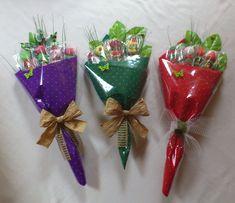 Estos lindos bouquets de dulces son perfectos para obsequiar en Cumpleaños, San Valentín, Aniversarios, Graduaciones o Día de las madres. Son realmente fácil de hacer y lucen ¡espectaculares! Materiales: Dulces, caramelos o chocolates de tamaño mediano o grande Palitos para brocheta Papel celofán o papel tissué (papel de seda o papel de china) Pistola de …