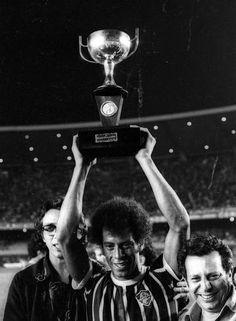 Títulos. Carlos Alberto Torres ergue a taça de campeão carioca pelo Fluminense, em vitória de 1 a 0 sobre o Vasco na final