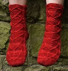 My vampire boyfriend sock pattern with heart cables, free pattern from knitty Knitting Socks, Hand Knitting, Knitting Patterns, Knit Socks, Knitting Videos, Knitting For Beginners, Knitting Magazine, Knitted Slippers, My Socks