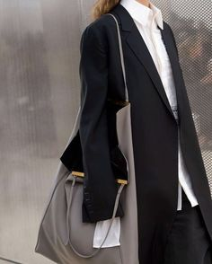 SOME OVERSIZED DETAILS WILL DO. . . . . #fashioninspiration #fashiondetails #oversizebag #oversize #extralongsleeves #oversizedsleeves #atmsphr #fashionshoot #mondayoutfit