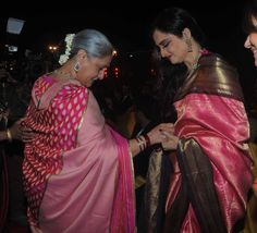 Actress Rekha in Pink Kancheepuram Saree with Black Border. She looks lovely in Kanjivarams. Also seen in the pic is our Jaya Bachchan in Pink Silk Saree. Rekha Saree, Bollywood Saree, Bollywood Actress, Aishwarya Rai, Kanjivaram Sarees, Kanchipuram Saree, Silk Sarees, Bandhani Saree, Kurti