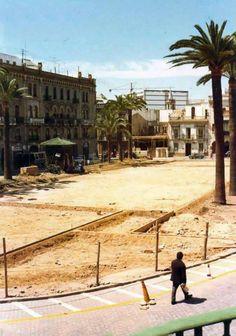 La Plaza de Las Monjas en plena remodelación. Al fondo se puede ver lo que sería el edificio de Nuevas Galerias en construcción.
