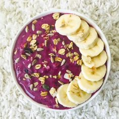 Here's my simple smoothie bowl of the day 💜 I mixed dl c) blueberries, one banana and c) soya yoghurt and and topped it with granola and sunflower seeds🌻 Have a nice weekend and stay home! Nice Weekend, One Banana, Easy Smoothies, Sunflower Seeds, Smoothie Bowl, Blueberries, Granola, Acai Bowl, Positivity