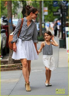 Little Suri strikes a pose for the camera as strolls in matching outfits with mom Katie in New York City. Like mother, like daughter! Suri Cruise and her doting mom Katie Holmes were seen in black and white tops and a flowing white skirt on June Mother Daughter Fashion, Mom Daughter, Daughters, Katie Holmes, Fashion Kids, Style Fashion, Mode Lolita, Mom And Daughter Matching, Mommy And Me Outfits