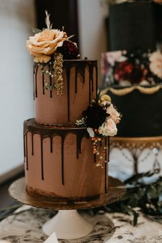 Elegant chocolate drip cake with netural floral details Image by Rachel Rowland Photography Beautiful Wedding Cakes, Beautiful Cakes, Beautiful Cake Designs, Chocolate Drip Cake, Chocolate Wedding Cakes, Chocolate Cake Images, Beautiful Chocolate Cake, Vegan Wedding Cake, Autumn Wedding Cakes
