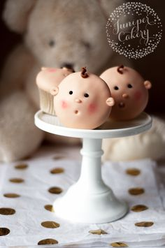 Make the cutest baby shower sweets EVER with this surprisingly simple baby face cupcakes tutorial!