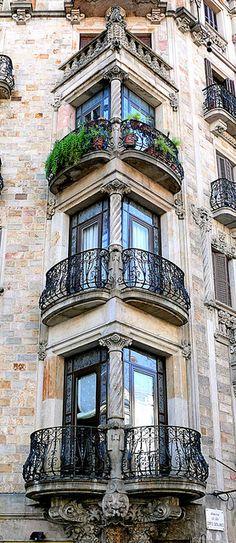 Barcelona balconies - No BRASIL chamamos de PORTA-JANELAS , POIS É UMA PORTA E TEM UMA sacada.