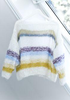 LINE LANGMO-GENSEREN: Denne kreasjonen skapte blest på Instagram i sommer «alle» vil ha en lignende genser. Foto: Astrid Waller Knitting Patterns Free, Knit Patterns, Free Knitting, Raglan Pullover, Stockinette, Drops Design, Sweater Weather, Knit Cardigan, Knitted Hats
