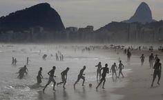 Meninos jogam futebol na Praia de Copacabana - Rio de Janeiro