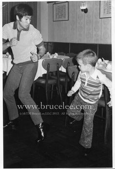 Bruce lee brandon lee sparring session before dinner Kung Fu, Bruce Lee Pictures, Wing Chun, Bruce Lee Family, Bruce Lee Martial Arts, 17 Kpop, The Crow, Ben Bruce, Bruce Lee Quotes