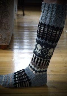 Crochet Cross, Knit Crochet, Blue Socks, Cool Socks, Chrochet, Knitted Shawls, Sock Shoes, Knitting Socks, Bunt