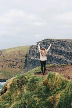 1 Sehenswürdigkeit, die du in Irland gesehen haben musst. Cliffs of Moher auf VANILLAHOLCIA.com .  Cliffs of Moher oder auch die Klippen Moher genannt sind die Nummer 1 Sehenswürdigkeit in Irland. Es ist ein Klippen und Küstengebiet, dass sich über eine enorme Länge in Irland streckt. Die Steilküsten ragen 200 Meter aus dem Meer, beherbergen eine Menge große Vielfalt an Tieren und sind ein reines Naturschauspiel. Wunderschöne Natur, tolle Landschaften und atemberaubende irische Kulisse.