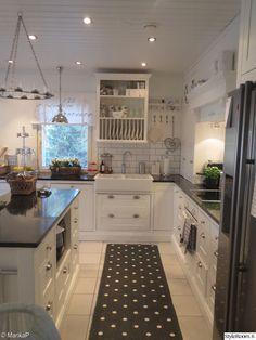 keittiönkaapit,keittiön tasot,keittiön pikkutavarat,keittiö,remontti,Tee itse - DIY,nikkarointi,mustat kivitasot,lantligt kök,vitt och svart kök,minun keittiöni Modern Country Kitchens, Ikea, Sweet Home, Kitchen Cabinets, Cottage, Interior, Decor Ideas, Home Decor, Inspiration