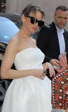 """Renee Zellweger w białej sukience promuje """"Bridget Jones' Baby"""" - PUDELEK"""
