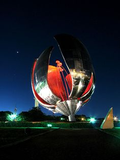 Floralis Genérica. Buenos Aires. Argentina. Arq. Eduardo Catalano. Argentine Buenos Aires, Places To Travel, Places To See, Night Flowers, Argentina Travel, Foto Art, South America Travel, Wanderlust, Beautiful Places