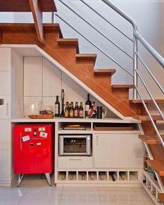 Adoreei como foi aproveitado o espaço embaixo da escada! Adega/bar pra reunir família e amigos nos finais de semana ❤ ~ Imagem via Pinterest
