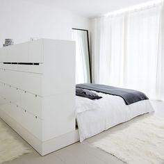 El cabecero de cajonera alta para aumentar el espacio de almacenamiento.