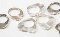 Επίπεδο, κυμματιστό δαχτυλίδι με έντονα δαχτυλικά αποτυπώματα.