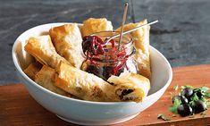 Almofadinhas de bacalhau. Estaladiças, estas almofadinhas de bacalhau são ideais para servir num buffet ou num piquenique de amigos. Acompanhe com cebola confitada.
