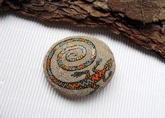 *☆ Handgemacht & einzigartig & vintage ☆*  ♥ Ein mit Acrylfarbe kunstvoll handbemalter Stein.  - Das handgemalte Motiv ist ein Gecko (Salamander). - diverse Farbtöne: Schwarz, orange, türkis-blau....