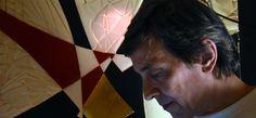 Foto di Claudia Del Giudice – Futurista nell'anima. Così Claudia Del Giudice definisce Gianni Nappa, ritornato a Napoli per la performance nella storica vetrina Ramaglia di Napoli, che venerdì 29