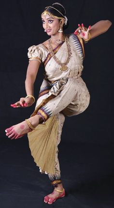 Best Bharatnatyam Dance Classes in Hyderabad Dance Photography Poses, Dance Poses, Photography Women, Isadora Duncan, Indian Dance Costumes, Dance Images, Dance Pictures, Indiana, Indian Classical Dance