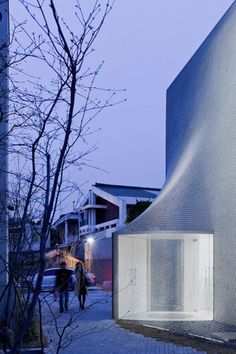 Kukje Art Center. Seoul_SO-IL architects. Use of chainmail veil to soften the building