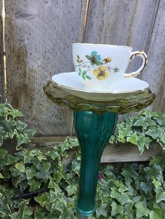 Tea Cup Totem/ Bird Feeder Vintage Glass, Garden Decor - My Garden Decor List Glass Garden Art, Glass Art, Recycled Yard Art, Teacup Crafts, Cut Glass Vase, Homemade Bird Feeders, Bath Tea, Antique Tea Cups, Vintage Birds