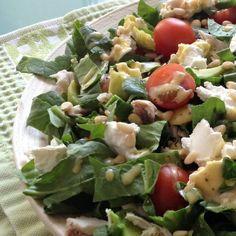 Салат со шпинатом, курицей, авокадо и козьим сыром