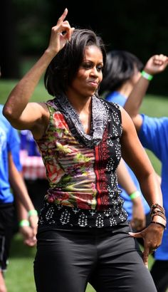 Michelle Obama fitness: First Lady Michelle Obama exercises with children on the South Lawn Michelle Obama Quotes, Michelle And Barack Obama, Barack Obama Family, Obamas Family, Barrack And Michelle, Keynote, Marilyn Monroe, Presidente Obama, Michelle Obama Fashion