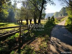 Idyllisches Tal zwischen Oerlinghausen und Asemissen mit schönem Sonnenlicht im Herbst am Teutoburger Wald in Ostwestfalen-Lippe
