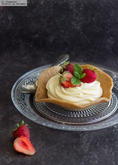 Cestitas crujientes con crema de limón y fresas.http://www.directoalpaladar.com/postres/cestitas-crujientes-con-crema-de-limon-y-fresas-receta