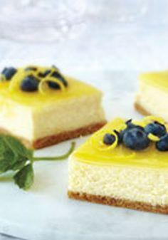 Barritas de cheesecake al limón doble-Estas barritas agridulces son el matrimonio perfecto de 2 postres clásicos--barritas de limón y cheesecake. Un glaseado exquisito es el perfecto toque final.
