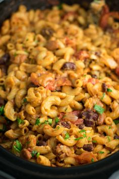 This Slow Cooker Vegetarian Chili Mac Recipe is made all in the crockpot (even the noodles! A super easy vegetarian crockpot recipe to feed a crowd. Potluck Dishes, Potluck Recipes, Healthy Crockpot Recipes, Veg Recipes, Pasta Recipes, Kitchen Recipes, Strip Steak, Tilapia, Portobello