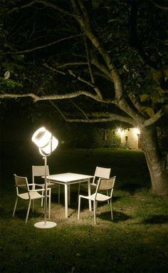 Lampadaire Maiori. Parce qu'il utilise les dernières technologies de panneau solaire, ce lampadaire extérieur procure un éclairage puissant décliné en trois intensités lumineuses selon l'ambiance que vous souhaitez créer sur votre terrasse ou dans votre jardin dès la nuit tombée.
