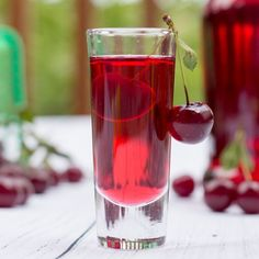 épinglé par ❃❀CM❁✿Homemade Sour Cherry Liqueur – An Easy Old Family Recipe That Stands The Test Of Time! Cocktail Drinks, Fun Drinks, Yummy Drinks, Alcoholic Drinks, Cocktail Recipes, Beverages, Cocktails, Homemade Liqueur Recipes, Homemade Alcohol