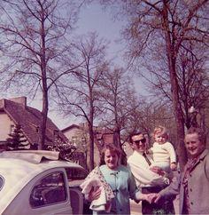 '30.4.1966′: Samstag nachmittag zu Besuch bei Tante Lotte mit der kleinen Gesine. Eine ungewöhnliche Bildkomposition mit viel Blick auf die Bäume. Vom Volkswagen sieht man schön das Faltdach.  Flohmarktfund