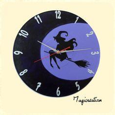 horloge motif jolie sorcière dans la lune en violet chiffres argentés sur disque vinyl 33 tours. pièce unique et originale. mécanisme à quartz silencieux (convient parfaitement pour une chambre) avec 3 aiguilles argentées (heure, minutes, trotteuse rouge) vernie , livrée avec un pile AA d' 1.5 Volt . possibilité de commande avec motifs et couleurs de votre choix