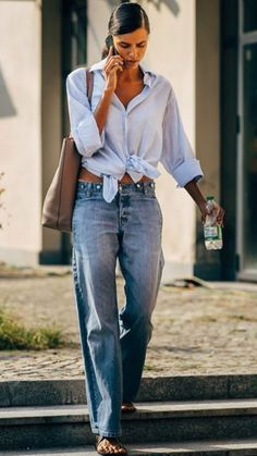 Simple knotted shirt with trendy high waisted denim jeans. Mode Hippie, Hippie Style, Denim Fashion, Fashion Outfits, Womens Fashion, Mode Outfits, Casual Outfits, Lookbook Mode, Jeans Trend