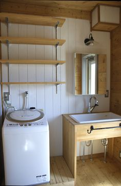 カラマスさんの洗面所 : カラマスさんの程々生活 Bathroom Toilets, Small Bathroom, Muji Haus, Barn Kitchen, Pole Barn Homes, Japanese Interior, Japanese House, House In The Woods, Simple House