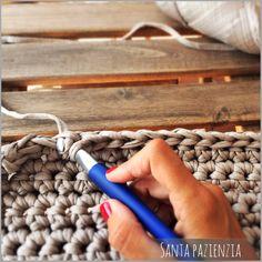 El súper tutorial Foto a Foto que estábais esperando. Cómo hacer un bolsazo de Trapillo : Santa Pazienzia Más Crochet Birds, Crochet Fabric, Crochet Food, Crochet Bear, Crochet Shoes, Diy Crochet, Crochet Patterns, Crochet Animals, Crochet Handbags